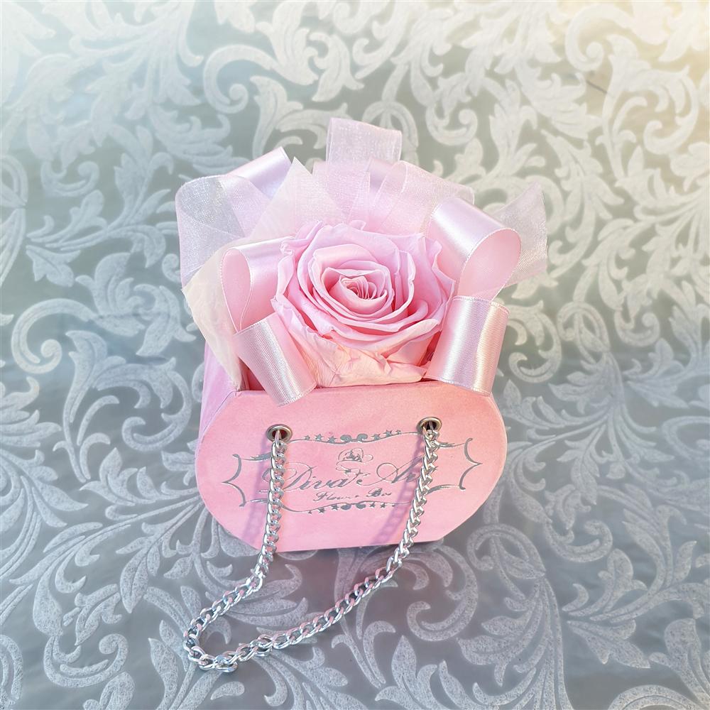 Roze dehidrirana ruža u plišanoj torbici