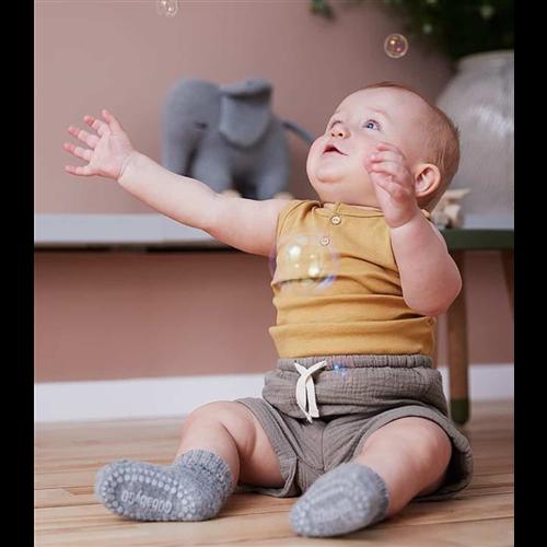 Čarapice za bebe i decu svetlo sive boje sa zaštitom na tabanima i prstićima