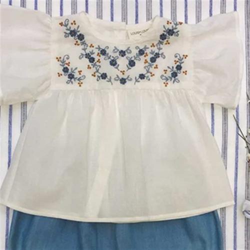 Letnja bela bluzica kratkih rukava sa plavim izvezenim cvetićima