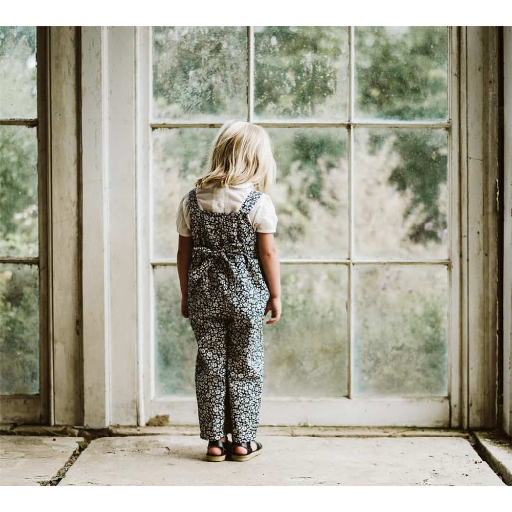 Prelepe pantalone na tregere za devojčice retro izgleda plave sa sitnim belim cvetićima