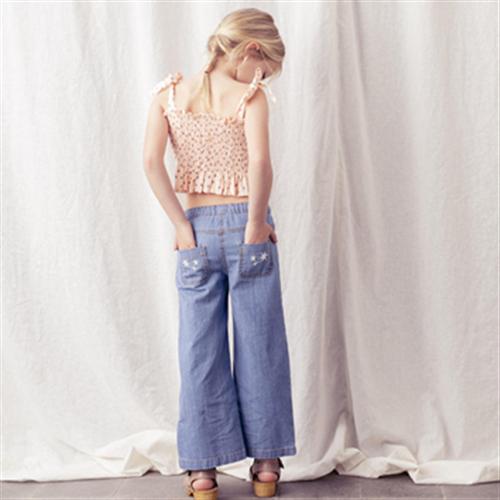 Prelepe pantalone od tankog denima sa izvezenim džepovima pozadi
