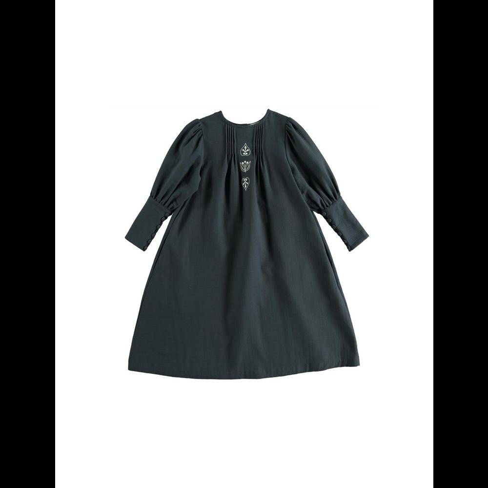 Beli veženi detalji na haljini tamno plave boje i puniji organski pamuk  čine ovu haljinu neodoljivom za jesen i zimu