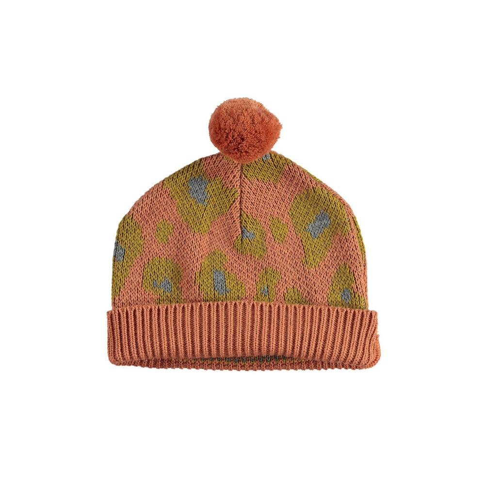 Kapa pletena nežno koralne boje sa -stilizovani uzorak leopard