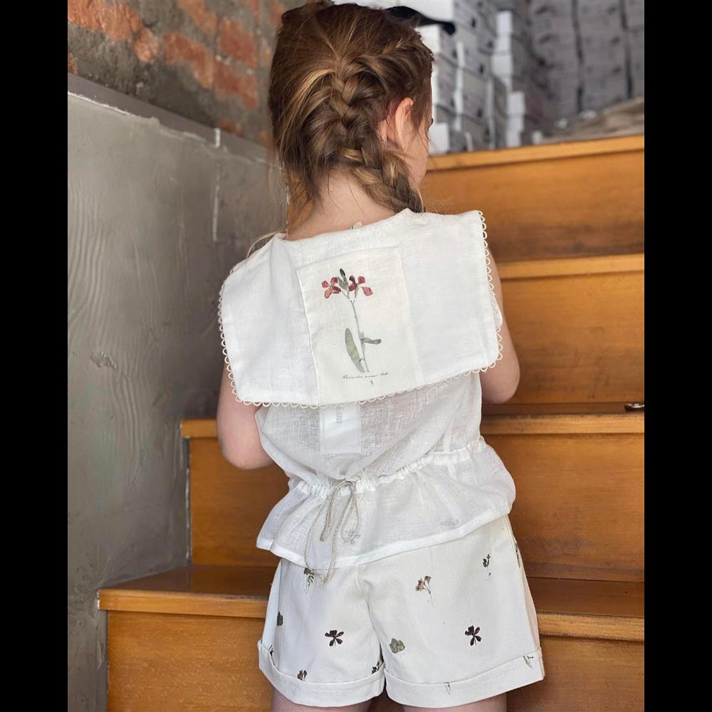 Letnja prsluk/majica bele boje sa zanimljivom kragnom od organskog pamuka bez rukava