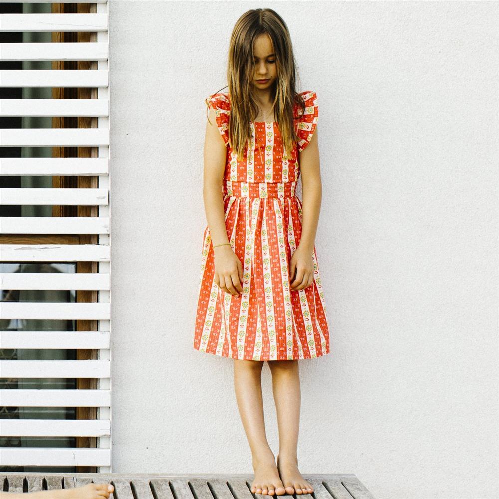 Letnja cvetna haljina na bretele - idealna za tople letnje dane