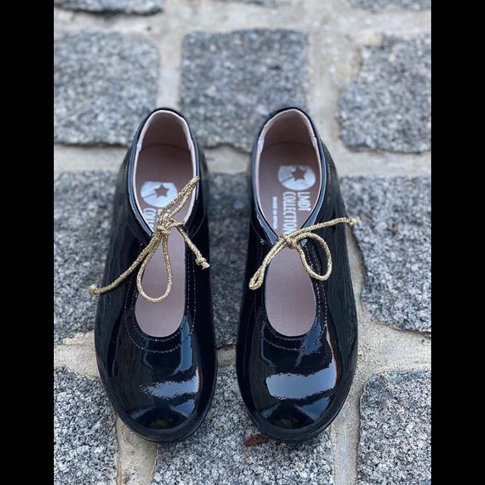Kožne lakovane crne cipelice sa zlatnim pertlicama