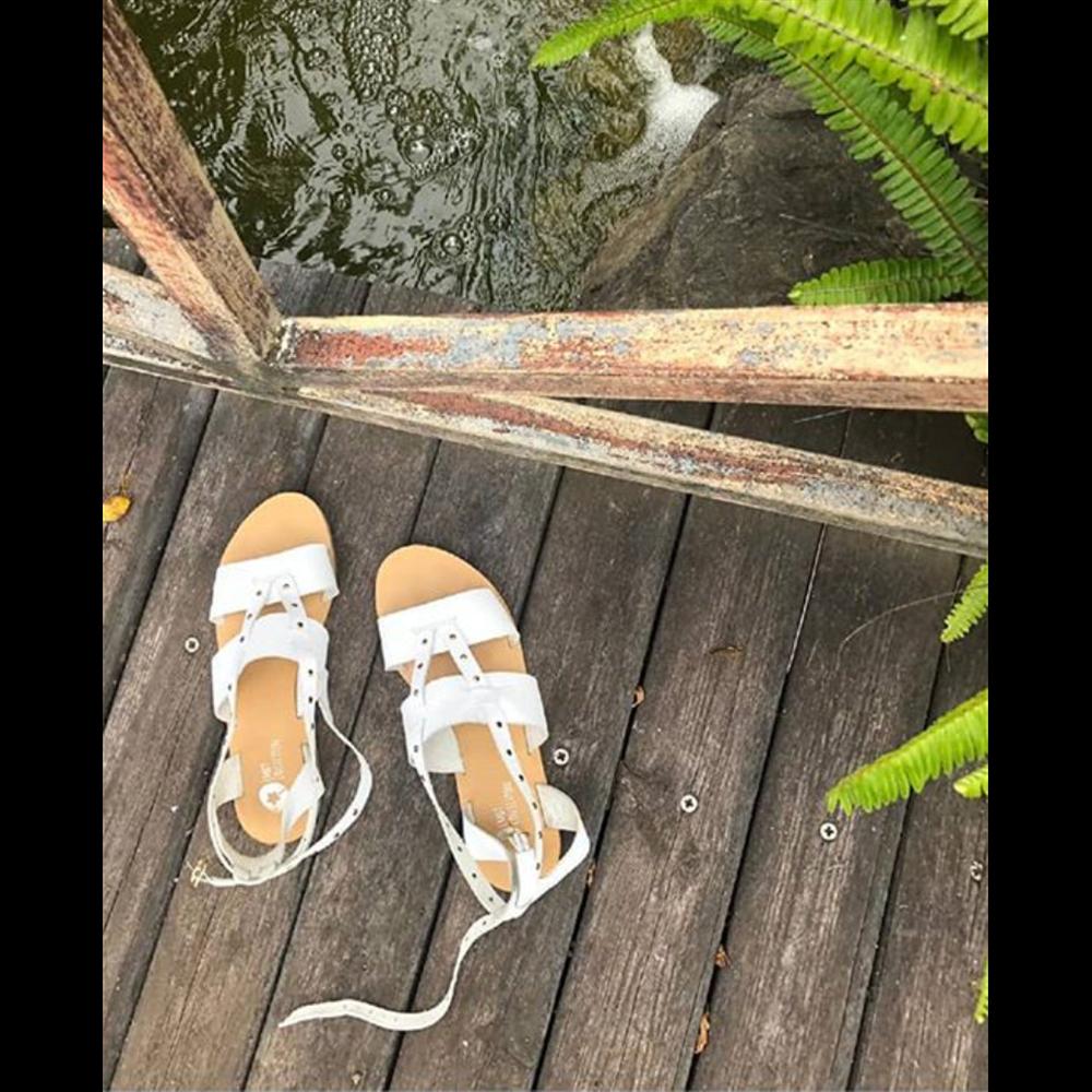Bele sandale kožne sa zlatnim nitnicama
