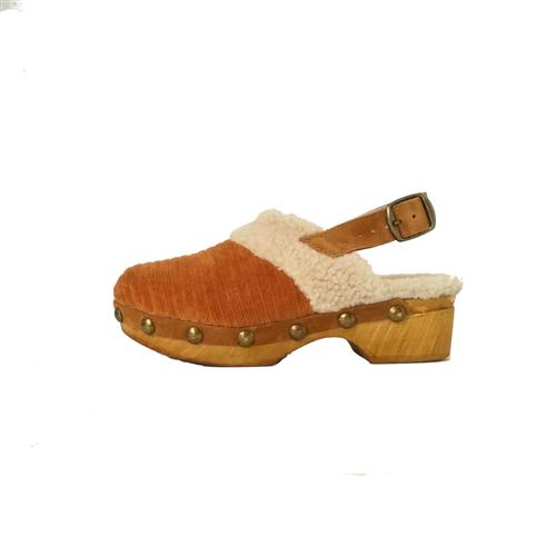 Klompe somotne oker boje podstavljene ovčijim krznom sa kaišićem